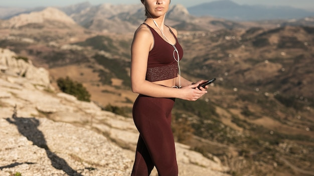 Gros plan, jeune femme, sur, montagne, pratiquer yoga