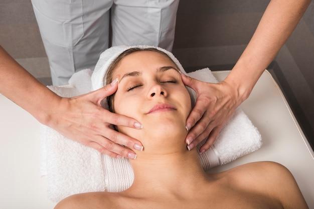 Gros plan, de, jeune femme, obtenir, traitement spa, massage, à, salon spa beauté
