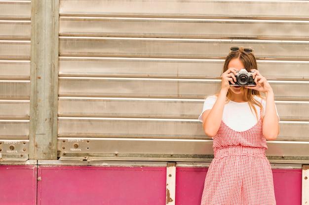 Gros plan, de, jeune femme, photographier, à, appareil photo