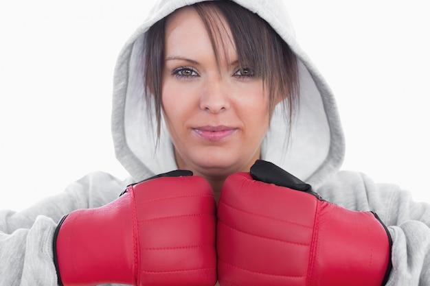 Gros plan de jeune femme portant des gants de boxe