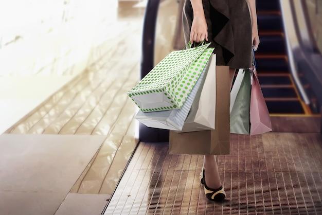 Gros plan, de, jeune femme, porter, sacs provisions