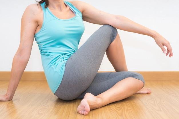 Gros plan d'une jeune femme pratiquant le yoga.