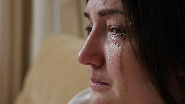 Gros plan d'une jeune femme qui pleure avec du mascara flou dégoulinant sur ses joues
