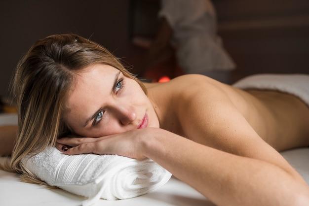 Gros plan d'une jeune femme réfléchie au spa