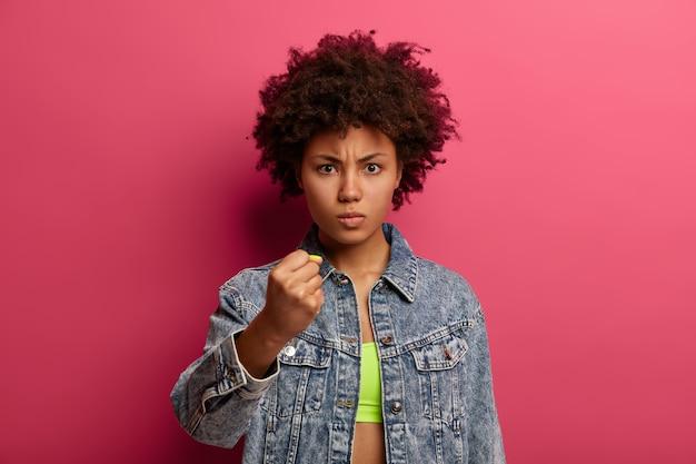 Gros plan sur jeune femme séduisante et charismatique isolée