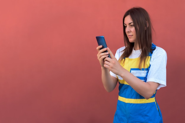 Gros plan d'une jeune femme avec son smartphone se présentant à la caméra