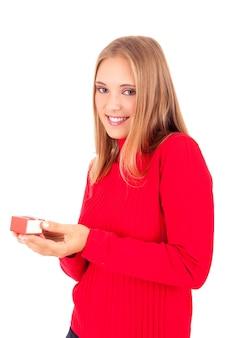 Gros plan sur jeune femme tenant une petite boîte