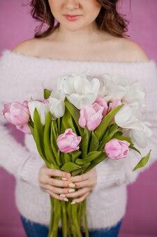 Gros plan, jeune femme, tenue, bouquet, de, tulipes roses, mur rose, printemps