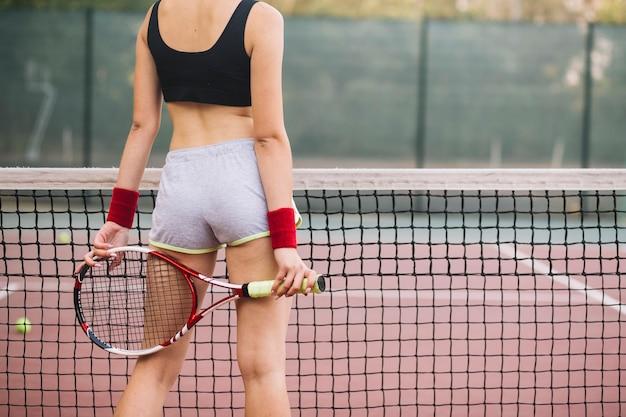 Gros plan, jeune femme, tenue, raquette tennis