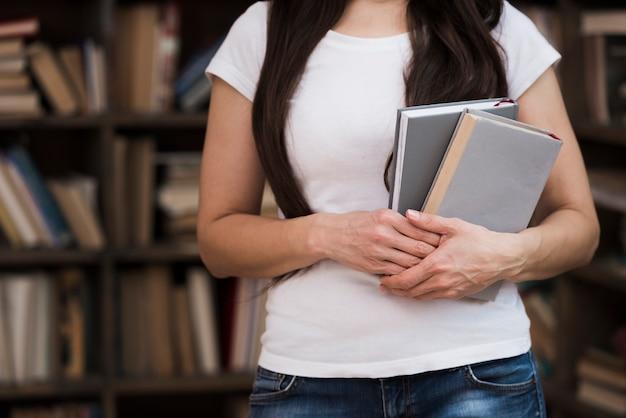 Gros plan, jeune femme, tenue, roman, livres