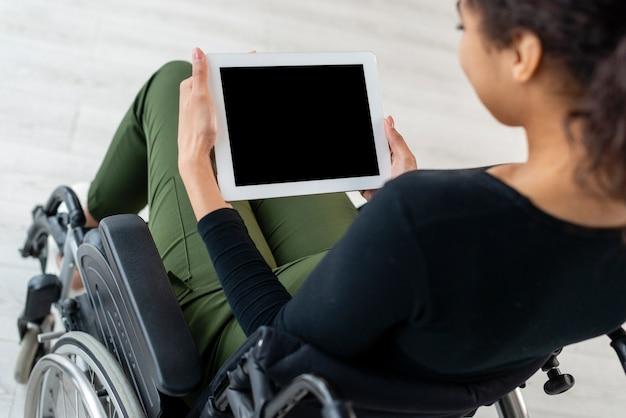 Gros plan, jeune femme, tenue, a, tablette