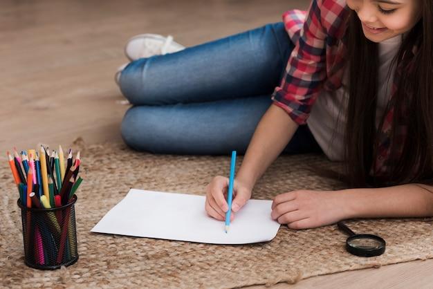 Gros plan, jeune fille, dessin, bibliothèque