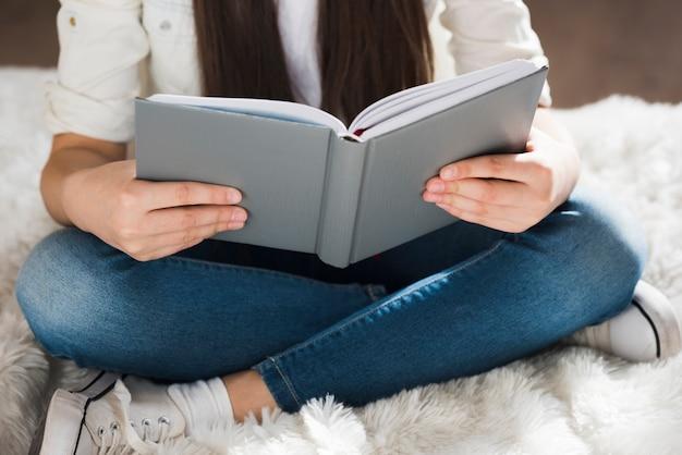 Gros plan, jeune fille, lecture livre