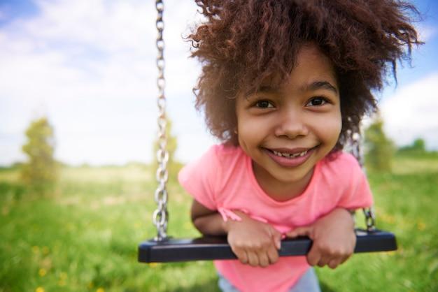 Gros plan sur jeune fille mignonne s'amusant