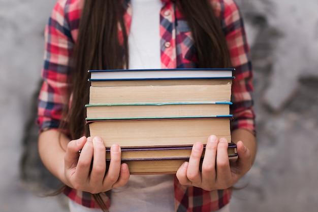Gros plan, jeune fille, tenue, a, tas livres