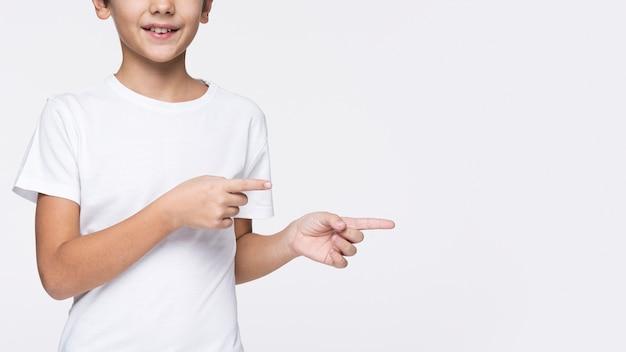 Gros plan, jeune, garçon, pointage