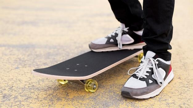 Gros plan, jeune garçon, sur, skateboard