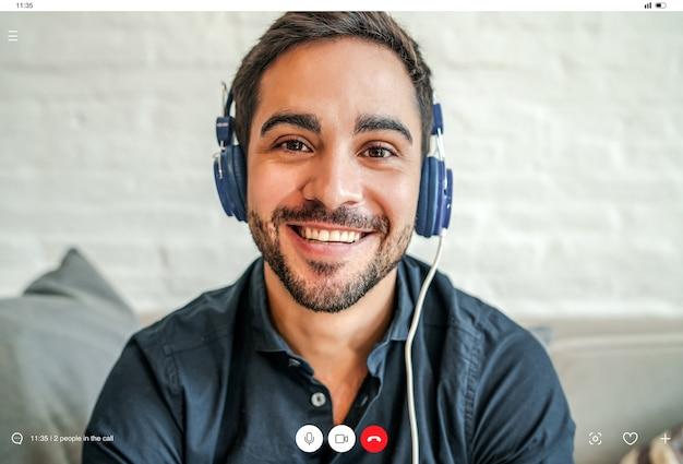 Gros plan sur un jeune homme d'affaires ayant un appel vidéo de travail tout en restant à la maison. nouveau mode de vie normal. concept d'entreprise.