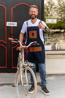 Gros plan sur un jeune homme d'affaires en magasin de vélos