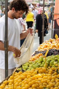 Gros plan sur le jeune homme au marché alimentaire