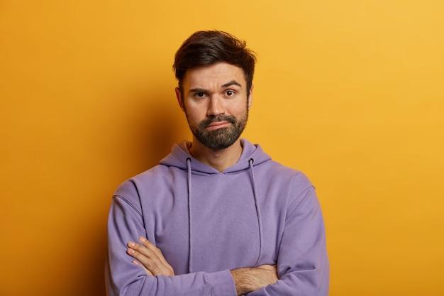 Gros plan sur jeune homme barbu isolé