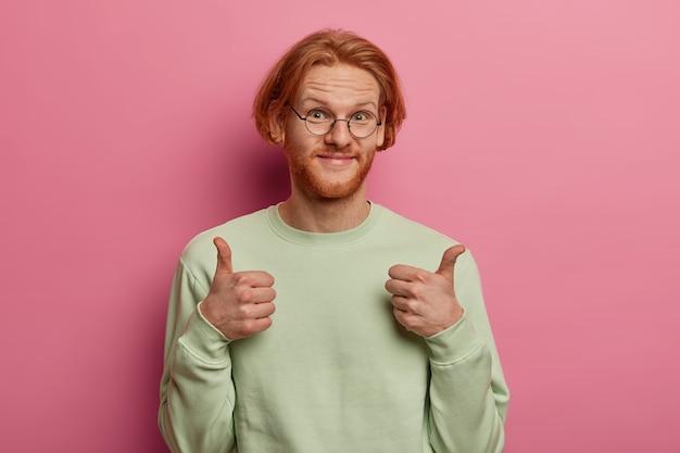 Gros plan sur jeune homme beau gingembre