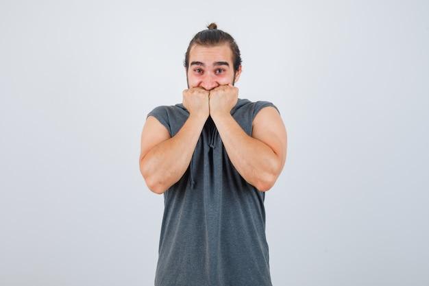 Gros plan sur le jeune homme faisant des gestes isolé