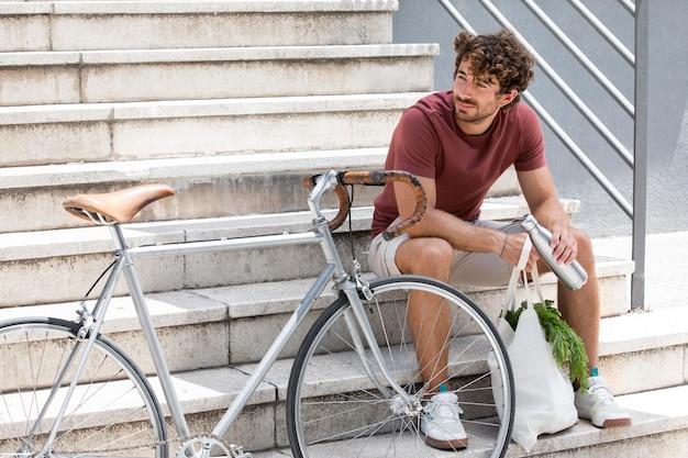Gros plan sur un jeune homme faisant une pause après le shopping