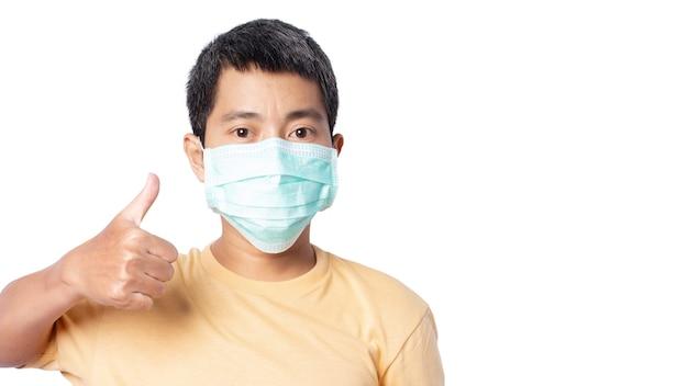 Gros plan d'un jeune homme portant un masque protecteur isolé sur fond blanc. chemin de détourage.