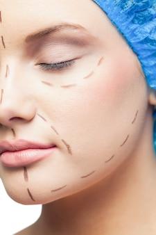 Gros plan sur le jeune patient mignon avec des lignes pointillées sur le visage