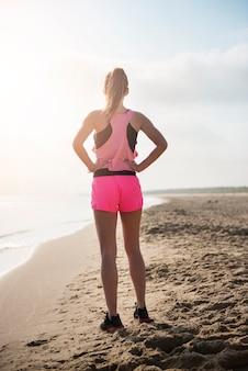 Gros plan sur la jeune personne en forme de jogging au bord de la mer