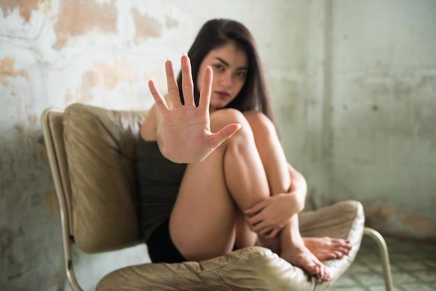 Gros plan jeune prostituée main se protéger de l'homme acheteur d'avoir des relations sexuelles ou de viol.