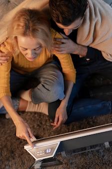 Gros plan sur les jeunes adultes profitant du confort à la maison