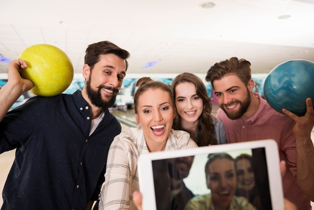 Gros plan sur les jeunes amis appréciant le bowling