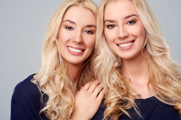 Gros plan de jeunes filles blondes