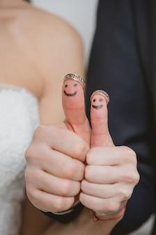 Gros plan des jeunes mariés peints aux doigts