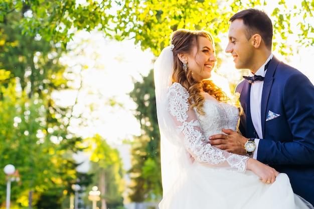 Gros plan des jeunes mariés qui s'embrassent et se regardent