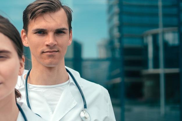 Gros plan de jeunes médecins stagiaires debout ensemble
