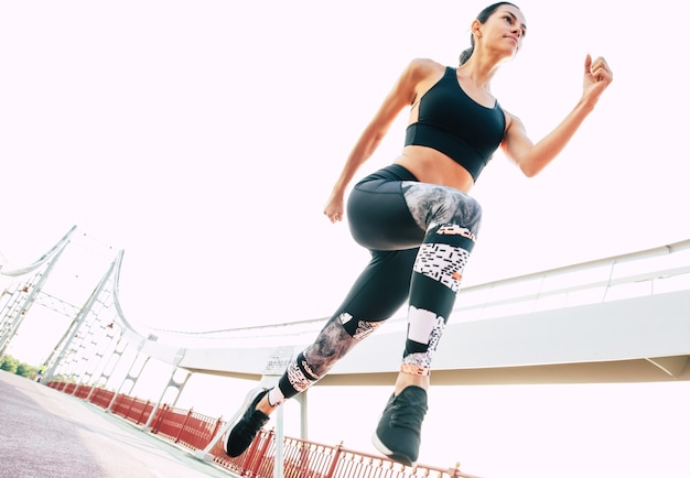 Gros plan de jogging belle femme sportive brune en vêtements cool