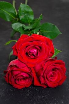 Gros plan joli bouquet de roses rouges