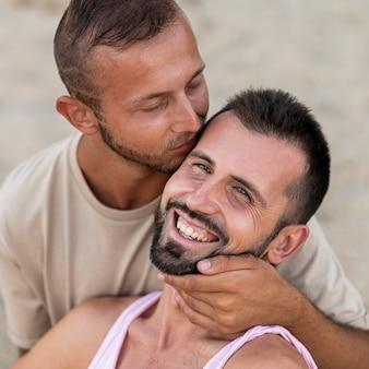 Gros plan joli couple étant romantique