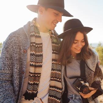 Gros plan joli jeune couple dans la nature