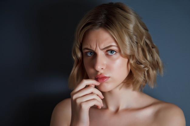 Gros plan joli portrait une femme mécontente en colère avec le doigt sur les lèvres