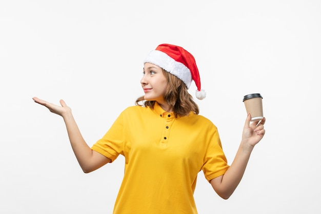 Gros plan sur une jolie jeune femme portant un chapeau de noël isolé