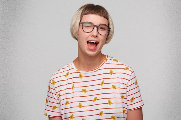 Gros plan de la jolie jeune femme souriante porte un t-shirt rayé
