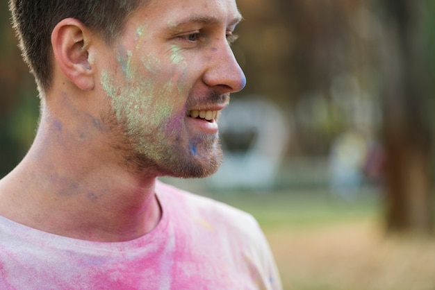 Gros plan sur la joue recouverte de peinture en poudre