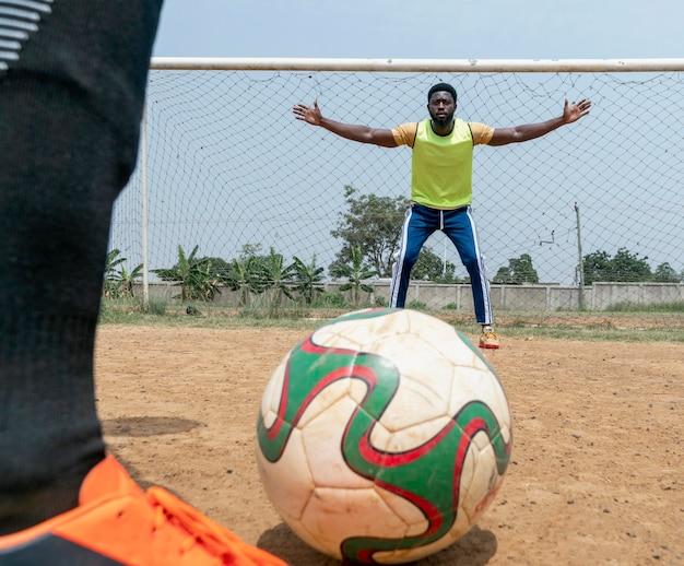 Gros plan joueur de football avec ballon