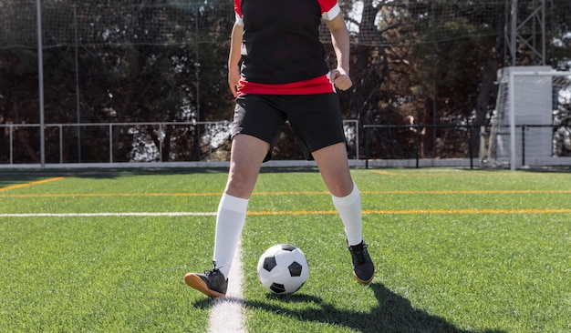 Gros plan joueur de football sur terrain
