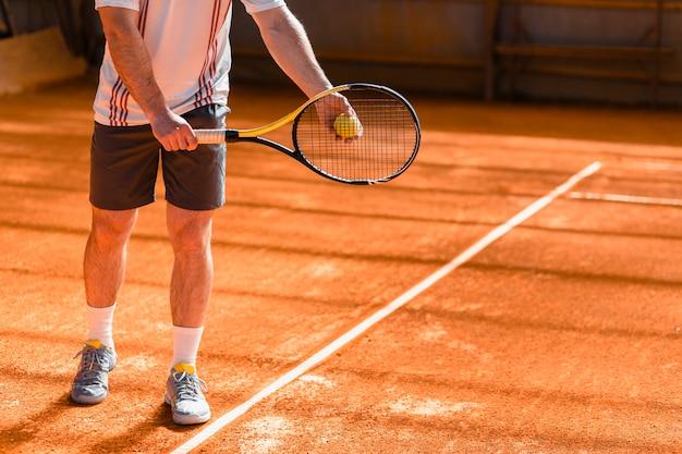 Gros plan d'un joueur de tennis