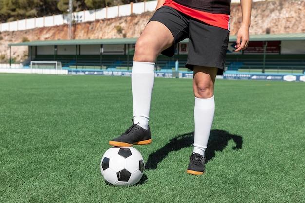 Gros plan joueur sur terrain de football